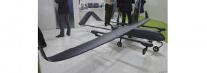 UAV cu aripi fixe, echipat cu patru rotoare verticale