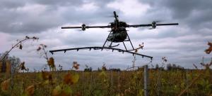 Dronă pentru pulverizarea substanțelor la vița-de-vie