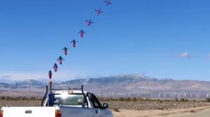 Lansarea dronelor mici dintr-un vehicul în deplasare