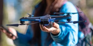 S-a anunțat oficial reluarea producției dronei Skydio 2