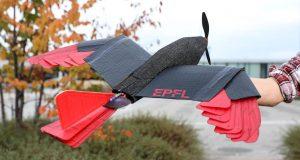 Drona cu aripi și coadă zboară ca o pasăre de pradă